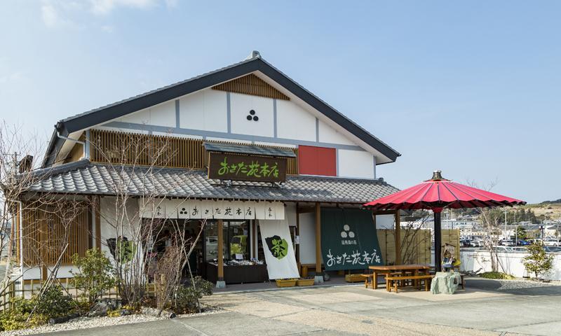 ▲地元産の茶葉を使った自社オリジナルの緑茶関連商品が並ぶ直営店「おさだ苑」